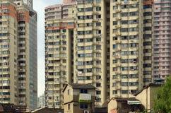 Casas abandonadas e arranha-céus modernos, Shanghai, China imagens de stock