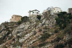 Casas acima da parte superior do pico de uma montanha Foto de Stock Royalty Free