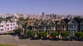 Casas acolhedores na vizinhança do centro do distrito de San Francisco no panorama aéreo da arquitetura da cidade do zangão video estoque