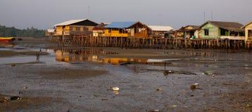 Casas afetado na vila em uma ilha em Indonésia durante a maré baixa Fotografia de Stock Royalty Free