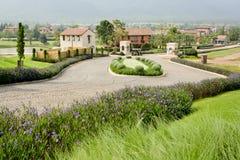 Casas agradables con manera hermosa del jardín y del paseo en pequeño pueblo Fotografía de archivo libre de regalías