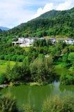 Casas al lado de un lago Imagen de archivo libre de regalías