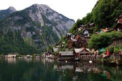 Casas alpinas adornadas con las flores y las plantas foto de archivo