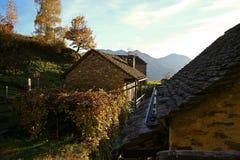 Casas alpinas da vila Fotografia de Stock