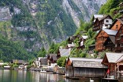 Casas alpinas decoradas com flores e plantas fotografia de stock