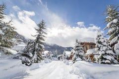 Casas alpinas no pé da montanha do assobiador fotografia de stock