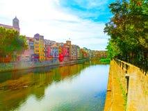 Casas amarelas e alaranjadas coloridas em Girona, Catalonia, Espanha fotografia de stock