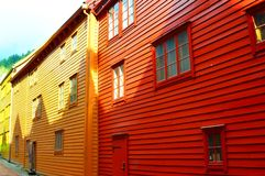 Casas amarelas e vermelhas em Bryggen, Bergen, Noruega Imagens de Stock