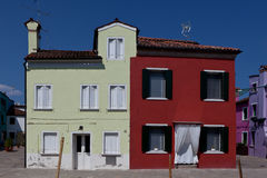 Casas amarelas e vermelhas em Burano, Itália Fotografia de Stock Royalty Free