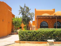 Casas amarelas na cidade do EL Gouna, Egito imagem de stock