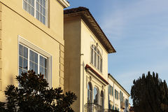Casas amarillas modernas exclusivas contra el cielo Imagenes de archivo