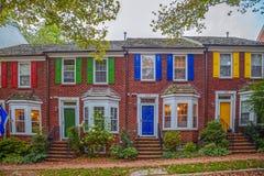 Casas americanas multicoloras en el tiempo de la oscuridad Fotografía de archivo libre de regalías
