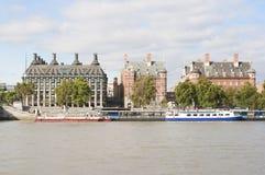 Casas antigas através do rio Tamisa em Londres imagens de stock