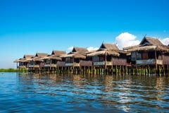 Casas antigas e sua reflexão na água no lago Inle Imagens de Stock Royalty Free