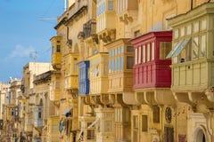 Casas antiguas y balcones coloridos tradicionales de La Valeta Imagen de archivo