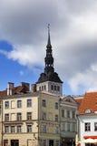 Casas antiguas y opinión sobre la iglesia de San Nicolás (Niguliste) Ciudad vieja, Tallinn, Estonia imagenes de archivo