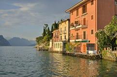 Casas ao lado do lago Imagem de Stock Royalty Free