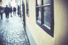 Casas ao longo da pista dourada no castelo de Praga, completo do turista, foco na janela, Imagem de Stock