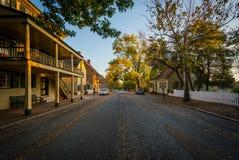 Casas ao longo de Main Street, em Salem Historic District idoso, dentro imagens de stock