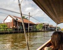 Casas ao longo do rio imagem de stock royalty free