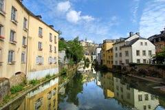 Casas ao longo do rio Imagens de Stock Royalty Free