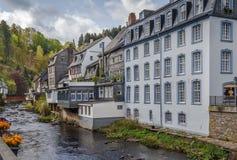 Casas ao longo do rio do RUR, Monschau, Alemanha Fotografia de Stock