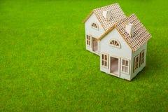 Casas arranjadas na fileira no campo gramíneo Imagem de Stock Royalty Free