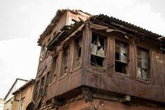 Casas arruinadas com as janelas quebradas na exposição imagem de stock