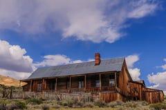 Casas arruinadas en un pueblo fantasma americano Foto de archivo