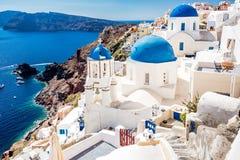 Casas azul-blancas tradicionales imagen de archivo