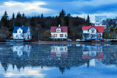 Casas azules del lago Fotos de archivo