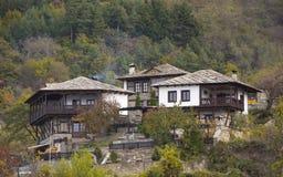 Casas búlgaras viejas entre los árboles en la montaña foto de archivo