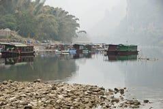 Casas barco pobres a lo largo del río de Li, Guilin, China Foto de archivo