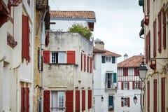 Casas basque metade-suportadas vermelhas e brancas tradicionais, arquitetura típica fotos de stock royalty free