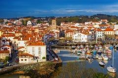 Casas basque tradicionais na cidade velha de Saint Jean de Luz, imagens de stock royalty free