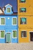 Casas bicolores en el Burano (Venecia, Italia) Foto de archivo libre de regalías