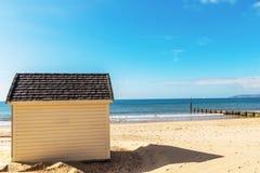 Casas blancas en la playa, puerta a las cabañas del verano, seasi del whitel Imagen de archivo libre de regalías