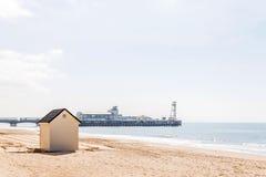 Casas blancas en la playa, puerta a las cabañas del verano, seasi del whitel Fotografía de archivo libre de regalías