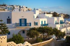 Casas blancas griegas en puesta del sol en la ciudad de Mykonos, Mykonos, Grecia Fotos de archivo libres de regalías