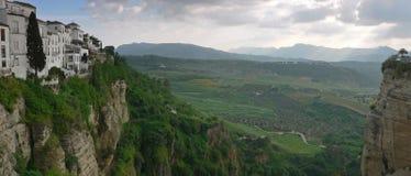 Casas blancas que pasan por alto el valle imagen de archivo