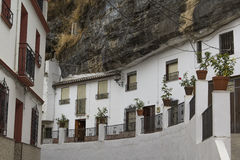 Casas blancas que sorprenden del paisaje urbano del fondo en el acantilado en el pueblo de Setenil de las Bodegas en Andalucía Imágenes de archivo libres de regalías