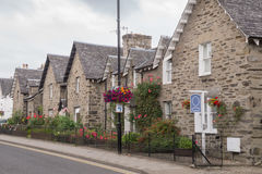 Casas bonitas do pedregulho na rua principal de Pitlochry, Escócia imagens de stock royalty free