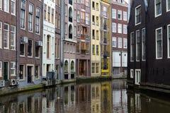 Casas bonitas em um canal em Amsterdão, Países Baixos imagem de stock royalty free