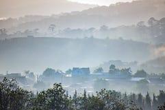 Casas bonitas no campo com névoa e luz mágicas na parte 3 do nascer do sol fotos de stock royalty free