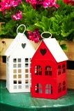 Casas bonitos pequenas do jardim com forma Windows do coração no jardim com imagens de stock royalty free