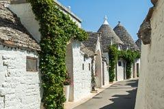 Casas brancas com um telhado cônico de Itália do sul fotos de stock
