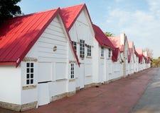 Casas brancas e vermelhas do vintage no perspectiv Imagem de Stock
