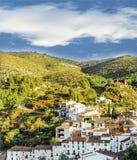 Casas brancas nas montanhas verdes Imagens de Stock Royalty Free