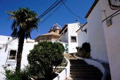 Casas brancas típicas, etapas e igreja em Altea fotos de stock