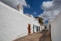 Casas brancas tradicionais e rua estreita na Espanha de Lanzarote Foto de Stock